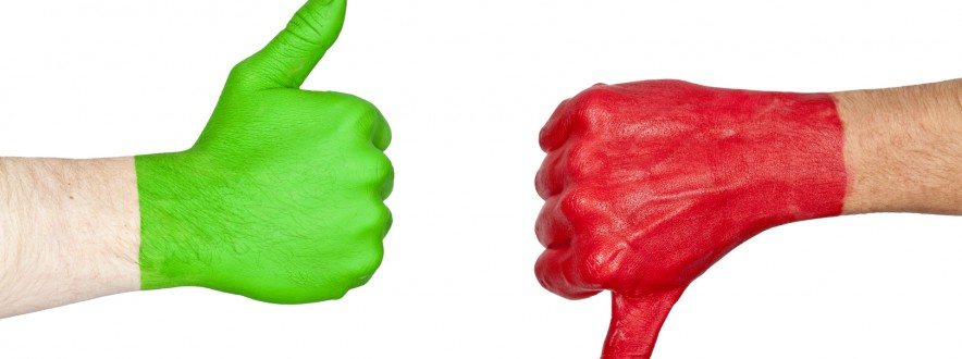 Two hands one painted green and the other red showing signs